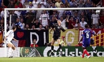 Σαν σήμερα - Euro 2004: Όταν ο Άγγελος Χαριστέας άφησε «άγαλμα» τον Μπαρτέζ και έστειλε την Ελλάδα στους «4» (vid)