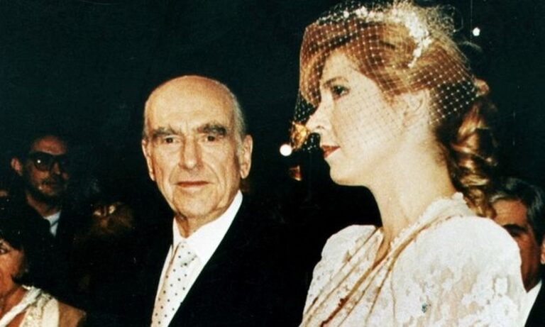 ΠΑΣΟΚ ωραία χρόνια: Στο… σφυρί μπομπονιέρα από το γάμο του Ανδρέα Παπανδρέου με τη Δήμητρα Λιάνη