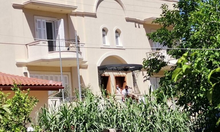 Έγκλημα στα Γλυκά Νερά: «Η πόρτα είχε σπάσει από κάποιον που είχε πάρει φόρα» λέει ο μαραγκός