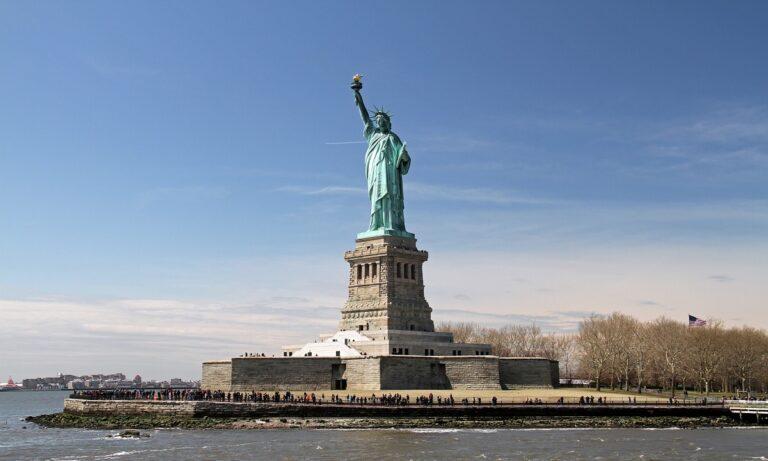 Το Άγαλμα της Ελευθερίας φθάνει στο λιμάνι της Νέας Υόρκης
