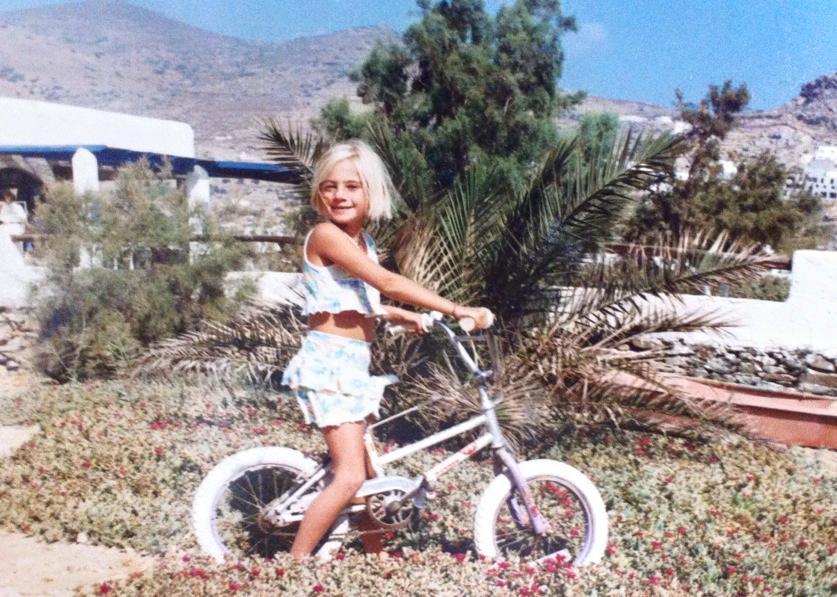 Κάτι παραπάνω από γλυκιά και αξιαγάπητη ήταν η Τζούλια Αλεξανδράτου σε μικρή ηλικία, όπως μπορείτε να δείτε στις παρακάτω φωτογραφίες.
