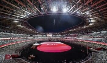 Στην Τελετή Έναρξης των Ολυμπιακών Αγώνων στο Τόκιο και στην παρέλαση των χωρών, συνολικά 69 αθλητές από τον στίβο ήταν σημαιοφόροι.