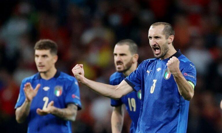 Euro 2020: Ο άτυχος Σπινατσόλα πανηγύρισε έξαλλα από τον καναπέ του την πρόκριση της Ιταλίας