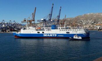 Μπροστά στα πλοία στο λιμάνι του Πειραιά έχουν σχηματιστεί μεγάλες ουρές, γιατί ο κόσμος όσο περνάει ο καιρός, φεύγει για να απολαύσει τις καλοκαιρινές του διακοπές.