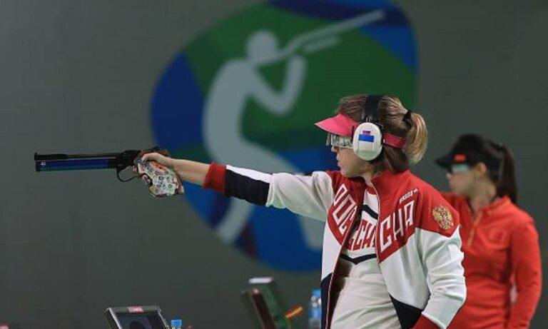 Ολυμπιακοί Αγώνες Τόκιο 2020: Τρέλα για την Ρωσίδα που πήρε το χρυσό αγωνιζόμενη με το χέρι στην τσέπη