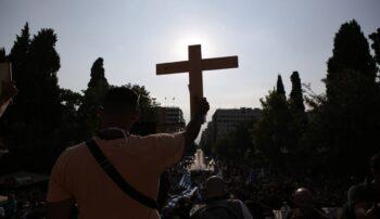 Συγκέντρωση - Σύνταγμα: Τα ΜΜΕ άρχισαν να... ενοχλούνται επειδή οι διαδηλωτές κατά της υποχρεωτικότητας των εμβολίων κρατάνε σταυρούς...