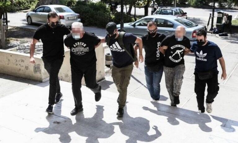 Ηλιούπολη: 14 κατηγορίες εις βάρος του αστυνομικού και του πατέρα της 19χρονης