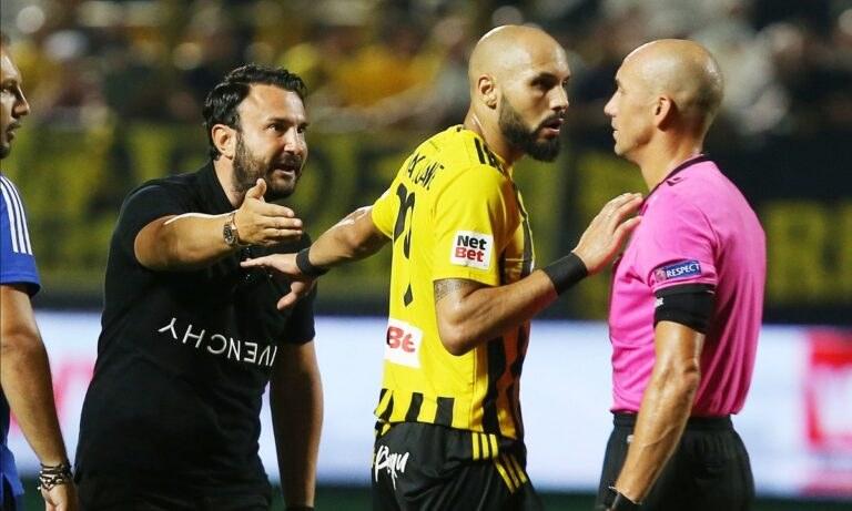 Άρης-Αστάνα: Έξαλλος με τον διαιτητή ο Καρυπίδης, μπήκε στο γήπεδο και διαμαρτυρήθηκε! (vid)