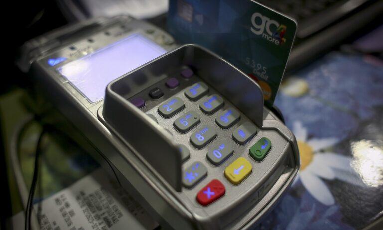Το υπουργείο Οικονομικών προωθεί κίνητρα για τις πληρωμές με κάρτα προκειμένου οι πολίτες να ζητούν αποδείξεις από επαγγελματίες που είναι «επιρρεπείς» στα «μαύρα».