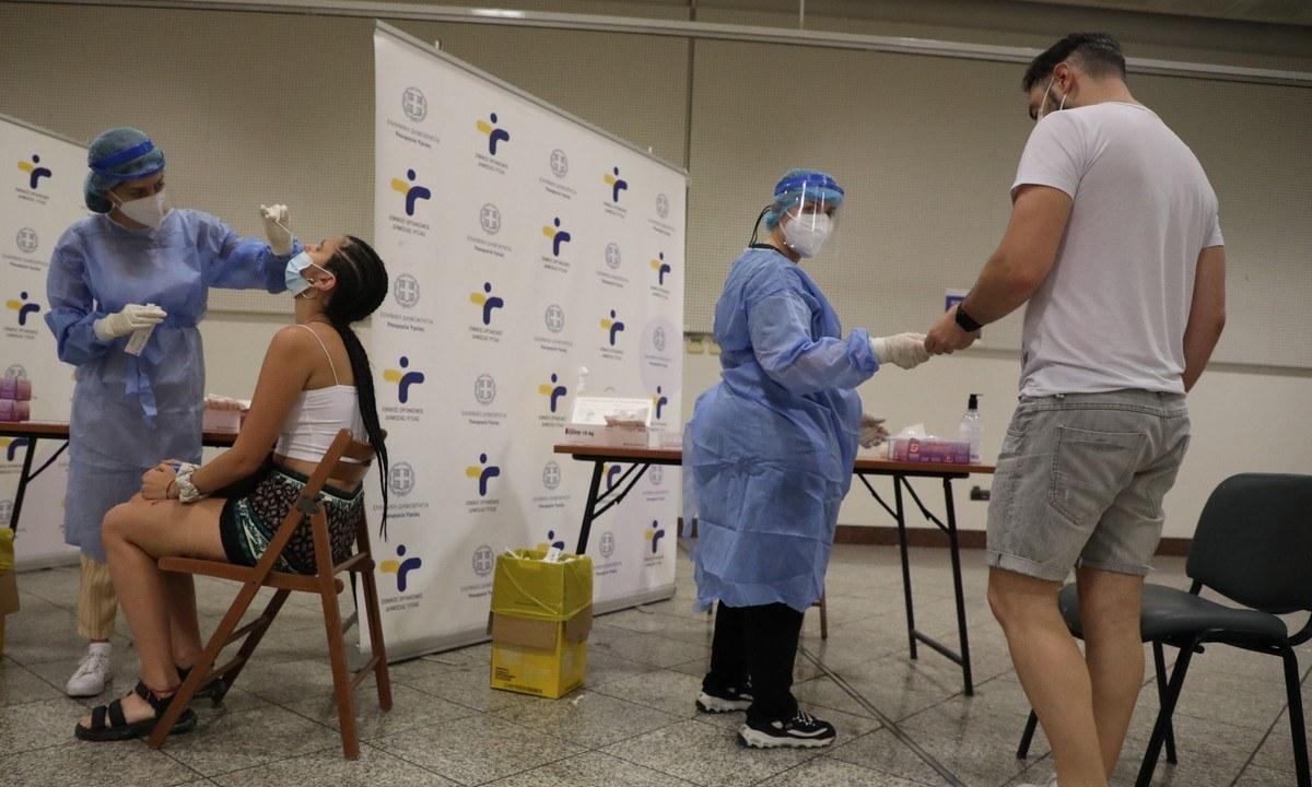 Κορονοϊός: Το ιικό φορτίο παραμένει σε υψηλά επίπεδα, επομένως καλό είναι να γίνονται συχνά τεστ για να περιοριστεί η διασπορά.