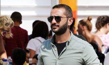 Ο Λεωνίδας Κουτσόπουλος συνεχίζιε να απολαμβάνει τις διακοπές του στην Αντίπαρο, με τη σύντροφό του, Χρύσα.