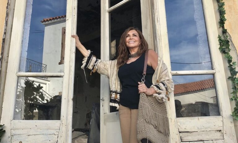 Μιμή Ντενίση: Με κοντή μπλούζα, χωρίς φίλτρα και photoshop