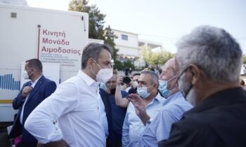 Ο πρωθυπουργός Κυριάκος Μητσοτάκης έστειλε μήνυμα πως πρέπει να πειστούν οι «σκεπτόμενοι» πολίτες προκειμένου να εμβολιαστούν.