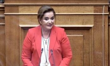 Ντόρα Μπακογιάννη: Η Ελληνίδα πολιτικός απολαμβάνει τις διακοπές της στο Μαράθι Χανίων και μαζί της έχει όλα τα εγγόνια, επτά τον αριθμό.