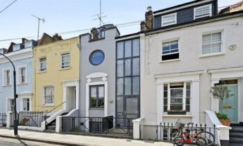 Λονδίνο: Ένα εξαιρετικά στενό σπίτι πλάτους μόλις 4 μέτρων, πωλείται έναντι του ποσού των 1.790.000 λιρών, δηλαδή κοντά στα 2.000.000 ευρώ!