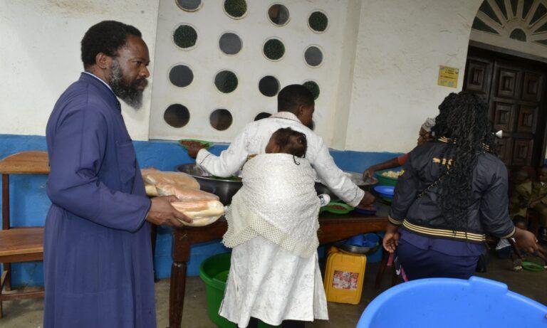 Ο πατήρ Τιμόθεος Ντούμπα από την ηρωική ιεραποστολή του Κονγκό, θέτει ερωτήματα: «Γιατί τέτοια αδυσώπητη πίεση στον παγκόσμιο πληθυσμό, για τον εμβολιασμό»;