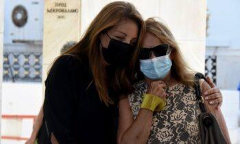 Τόλης Βοσκόπουλος: Συντετριμμένες στο μνημόσυνο η Άντζελα Γκερέκου και η κόρη του