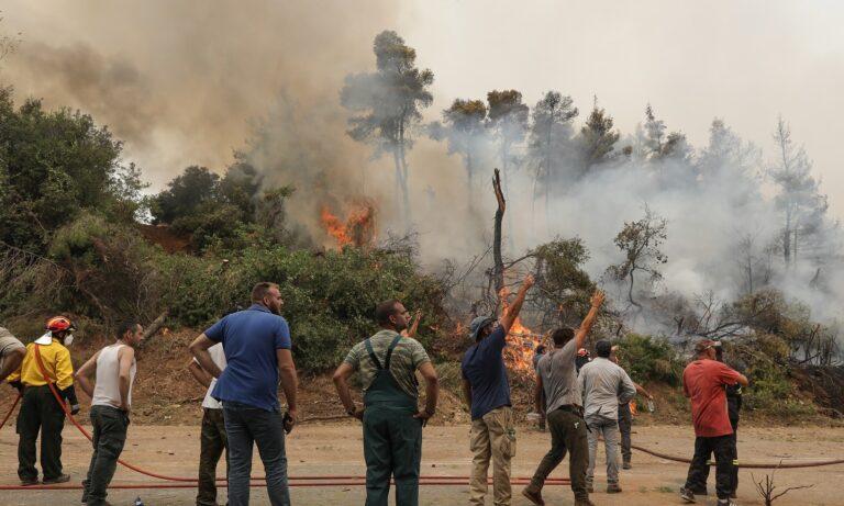Εύβοια: Απεγκλωβισμοί πολιτών – Ανεξέλεγκτη η φωτιά καίει τα πάντα