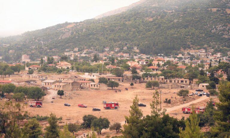 Φωτιά Βίλια: Στα πρώτα σπίτια οι φλόγες