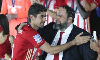 Ολυμπιακός: Ο Ανδρέας Μπουχαλάκης είχε δώσει τα χέρια με τον Βαγγέλη Μαρινάκη για επέκταση της συνεργασίας τους μέχρι το 2024.