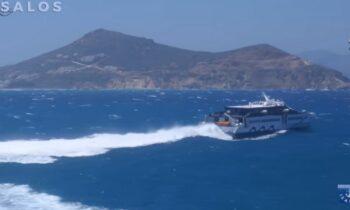 Viral έγινε η προσπάθεια που έκανε ένα πλοίο υπό τις οδηγίες του καπετάνιου του, να ξεπεράσει τα κύματα που είχε στο Αιγαίο.