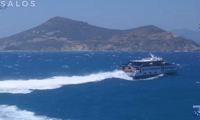Viral: Το πλοίο και ο καπετάνιος του  δίνουν «μάχη» με τα κύματα (vid)