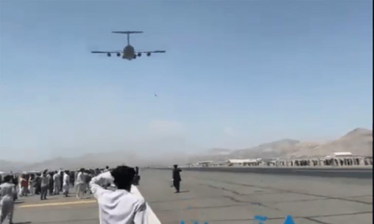 Αφγανιστάν: Άνθρωποι πέφτουν από το αεροπλάνο που εγκαταλείπει τη  χώρα-Video σοκ!