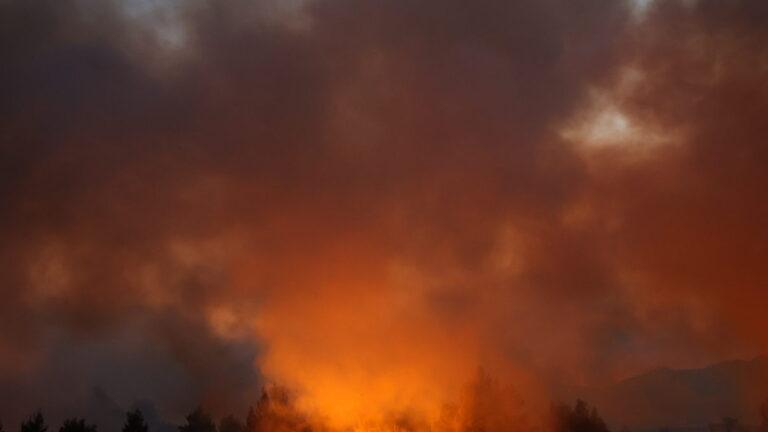 Φωτιά Βαρυμπόμπη : Ο κόσμος ξυπνάει από την κάπνα στην Αθήνα. Αποπνικτική η ατμόσφαιρα και στο Twitter