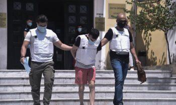 Έγκλημα στη Δάφνη: Άγριο λιντσάρισμα στον συζυγοκτόνο από τους συγγενείς της 31χρονης στην Ευελπίδων!
