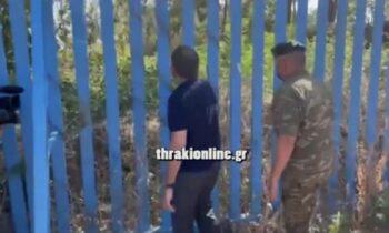 Έβρος: Ο υπουργός εθνικής άμυνας Νίκος Παναγιωτόπουλος, κατευθύνθηκε ως τον φράχτη στις Καστανές και τσέκαρε την αντοχή του κουνώντας τον!