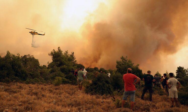 Φωτιά στα Βίλια: Video σοκ με στρόβιλο που πετάει στους πυροσβέστες κορμό από δέντρο!