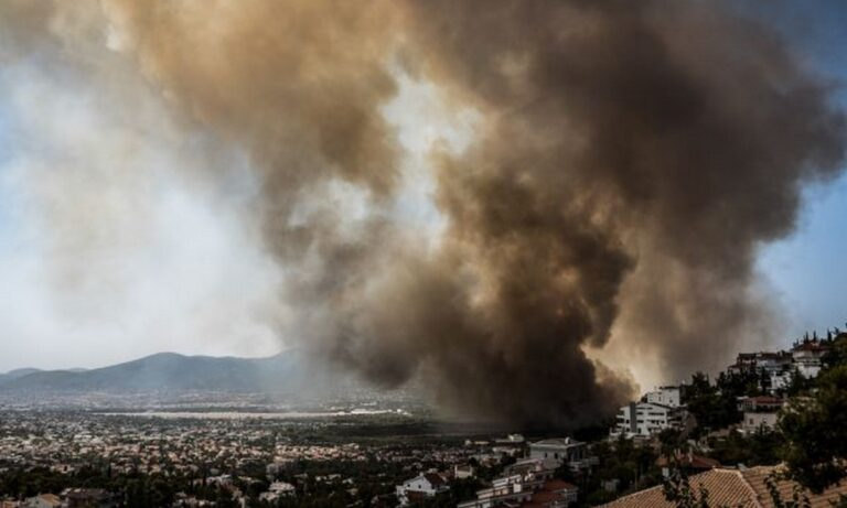 Φωτιά Βαρυμπόμπη: Οδηγίες για την προστασία από τους καπνούς – Ποιοι πρέπει να προσέχουν