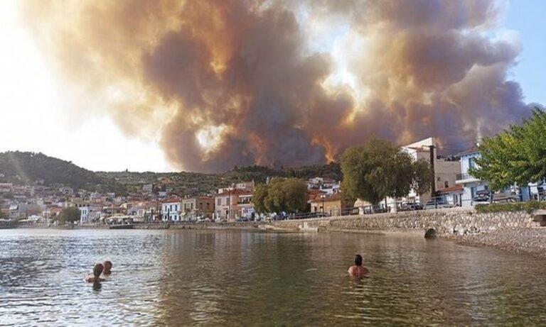Φωτιά στην Εύβοια: Οι κάτοικοι εγκαταλείπουν τα σπίτια τους με φέρι μποτ, αυτοκίνητα
