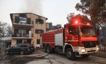 Φωτιά στη Βαρυμπόμπη: Πληροφορίες για 80 καμένα σπίτι μέχρι τώρα!