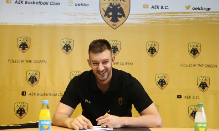 Κι επίσημα παίκτης της ΑΕΚ είναι ο Στέφαν Γέλοβατς καθώς ο 32χρονος παίκτης ανακοινώθηκε επίσημα από την «Ένωση» ενισχύοντας τη γραμμή ψηλών.