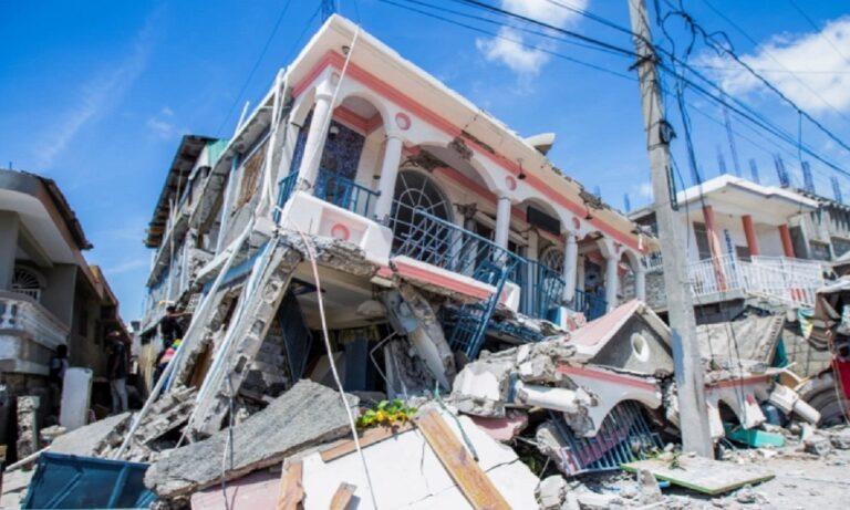 Ενώ πριν λίγες ώρες στην Αϊτή γνωρίζαμε για 200 νεκρούς και λίγο πιο μετά έγιναν 304, πλέον ο αριθμός των ανθρώπων που έχασαν τη ζωή τους απο τον φονικό σεισμό των 7,2 βαθμών, ανέρχεται στους 1297! Επίσης τουλάχιστον 5.700 είναι οι τραυματίες.