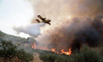 Στην προληπτική εκκένωσητεσσάρων κοινοτήτων του δήμου Πύργου στην Ηλείαπροχώρησαν οι αρχές, λόγω τηςφωτιάςπου βρίσκεται σε εξέλιξη στην περιοχή Κολίρι.
