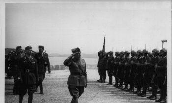 Ένα χρόνο μετά την άνοδό του στην εξουσία κι ενώ η χώρα μας βίωνε τα επακόλουθα της μικρασιατικής καταστροφής, ο Μπενίτο Μουσολίνι και η φασιστική Ιταλία έδειξαν το σοβινιστικό τους πρόσωπο και τις επεκτατικές τους διαθέσεις στα Βαλκάνια.