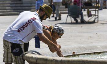 Ο καύσωνας δε λέει να υποχωρήσει, με τον υδράργυρο το απόγευμα της Τρίτης στη Θεσσαλονίκη να ξεπερνάακόμα και τους 47°C.