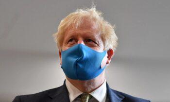 Βρετανία: Περίπου το 95% των πολιτών λέει στις δημοσκοπήσεις ότι φορά ακόμα τη μάσκα, παρά τη χαλάρωση των μέτρων κατά της πανδημίας.