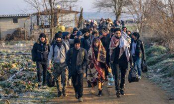 Ελληνοτουρκικά: Εκατοντάδες Αφγανοί φτάνουν στην Ελλάδα από τον «απροσπέλαστο» Έβρο