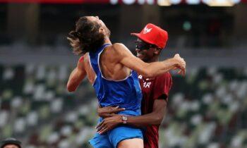 Ολυμπιακοί Αγώνες 2020: Ο Μουτάζ Μπαρσίμ από το Κατάρ και ο Τζιανμάρκο Ταμπέρι από την Ιταλία μοιράστηκαν το χρυσό μετάλλιο στο άλμα εις ύψος.