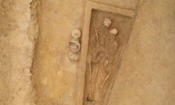 Δύο αρχαίους σκελετούς αγκαλιασμένους σε κοινό τάφο ανακάλυψαν αρχαιολόγοι στη βόρεια Κίνα.