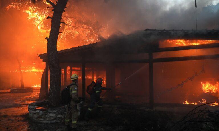 Φωτιά Βαρυμπόμπη: Χρυσοχοΐδης: «Πρωταρχικός μας στόχος είναι η προστασία της ζωής»