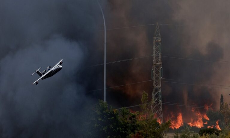 Φωτιά Βαρυμπόμπη: Πανικόβλητοι οι κάτοικοι εγκαταλείπουν τα σπίτια τους