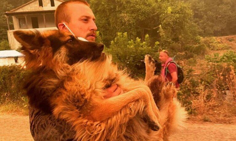 Viral: Η φωτογραφία νεαρού αγκαλιά με εγκαταλειμμένο λυκόσκυλο