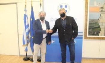 Η πορεία των εργασιών υπογειοποίησης της οδού Πατριάρχου Κωνσταντίνου και το νέο γήπεδο της ΑΕΚ, συζητήθηκαν στη συνάντηση του Περιφερειάρχη Αττικής Γιώργου Πατούλη με τον δήμαρχο Ν. Φιλαδελφείας- Ν. Χαλκηδόνας, Γιάννη Βούρο.