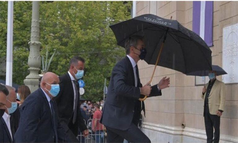 Έντονες αποδοκιμασίες κατά του Κυριάκου Μητσοτάκη, από το συγκεντρωμένο πλήθος στη Μητρόπολη Αθηνών! (vid)