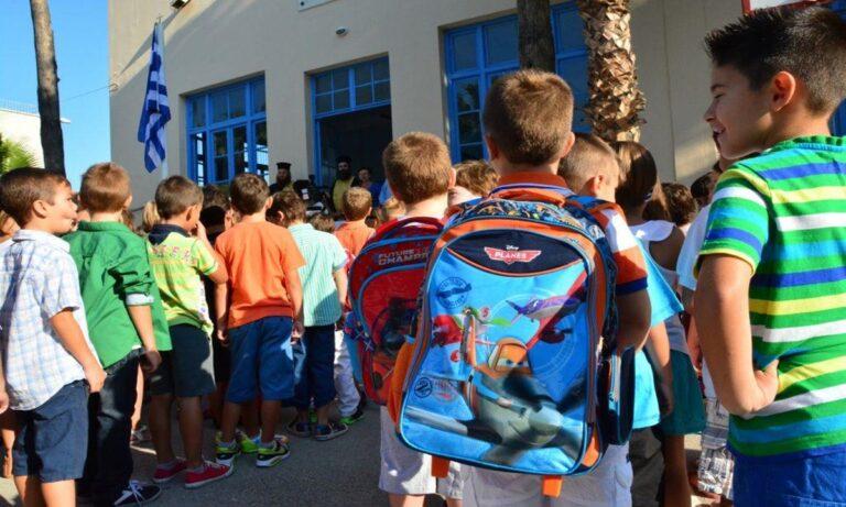 Νέα σχολική χρονιά: Το κράτος «καταργεί» άτυπα την πρωινή προσευχή των μαθητών – Θα το επιτρέψουμε;