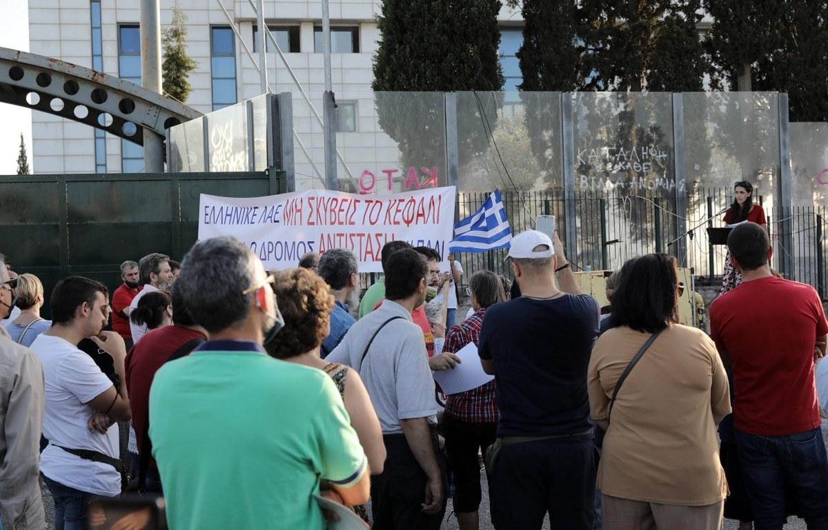 Μάθημα σεξουαλικής διαπαιδαγώγησης: Γοανείς και φορείς σε συγκέντρωση διαμαρτυρίας έξω από το Υπουργείο Παιδείας